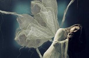 mujer con alas sufriendo la soledad
