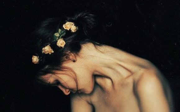 mujer con corona de flores que sufren un trastorno de la personalidad por evitación