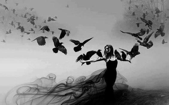 mujer con cuervos que huye de los conflictos