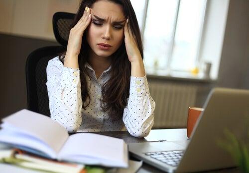 Mujer con estrés crónico teniendo dolor de cabeza