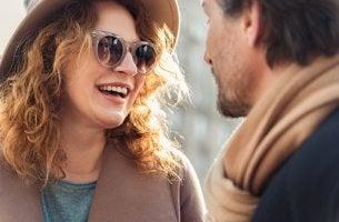 Mujer con gafas y hombre mirándose