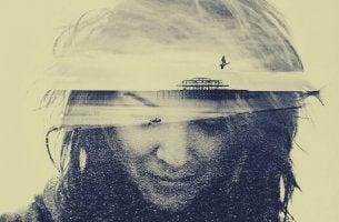 chica con imagen marítima en la cabeza y banco de niebla