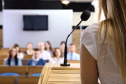 Mujer con miedo a hablar en público exponiendo