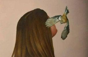 mujer con pájaro en el rostro aprendiendo a gestionar la ansiedad