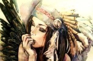 mujer con plumas en la cabeza que se niega a ser dócil