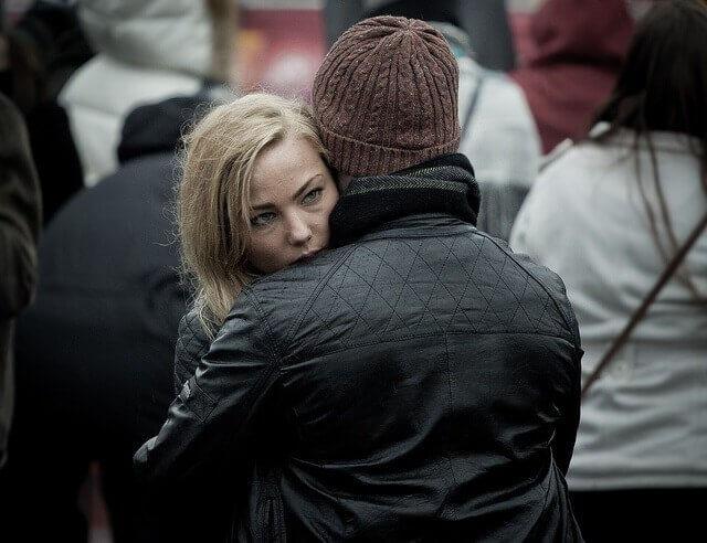 Mujer con esquizofrenia paranoide abrazando a su pareja