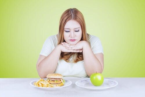 Mujer decidiendo su comida
