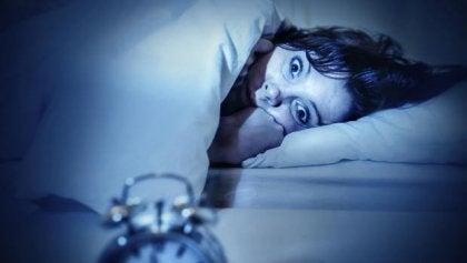 Mujer despierta con ansiedad por parálisis del sueño