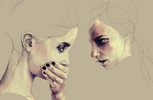 mujer frente a otra ocultando la mentira