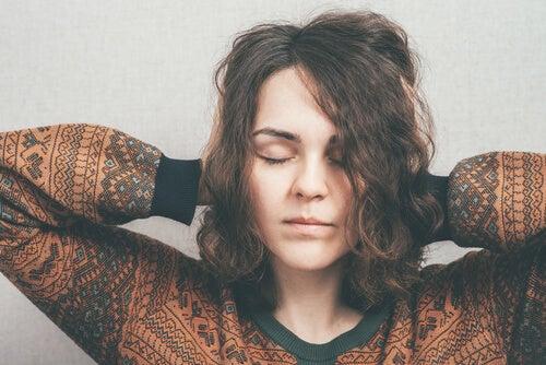 Mujer imaginando su exposición con los ojos cerrados