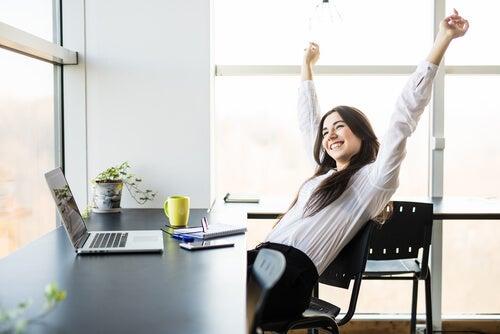 Mujer levantando las manos pensando en mejorar su rendimiento