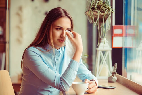 Chica llorando por la ruptura de su relación
