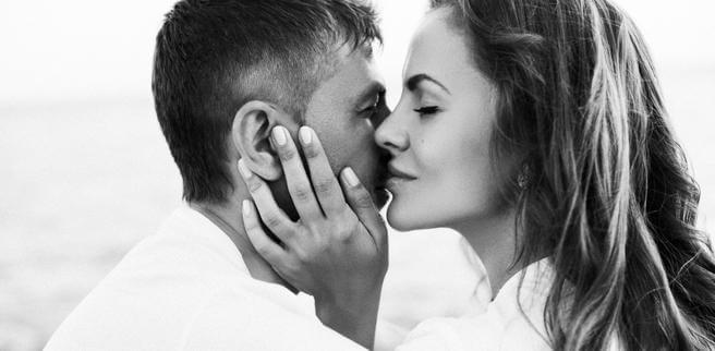 Mujer oliendo a su marido