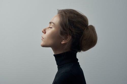 Mujer pensativa mirando hacia arriba