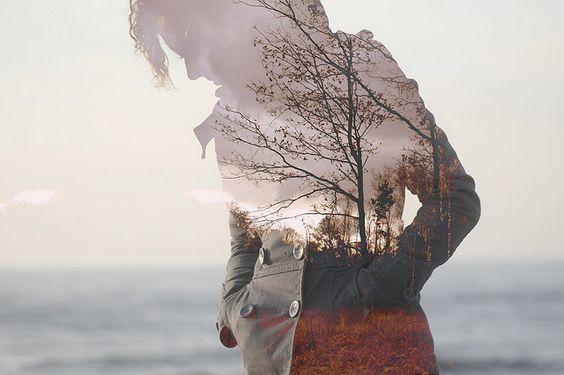 Mujer cerca del mar con la figura transparente