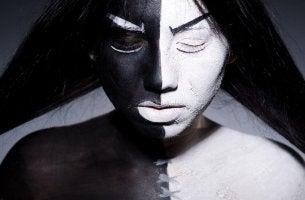 Mujer pintada mitad blanca y mitad negra