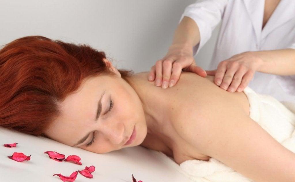 mujer recibiendo masaje para calmar la ansiedad