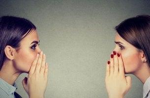 Mujeres contándose rumores