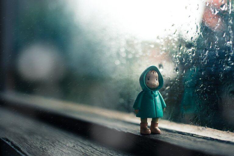 Muñeco de niño en una ventana
