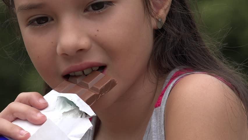 niña comiendo chocolate para mejorar concentración