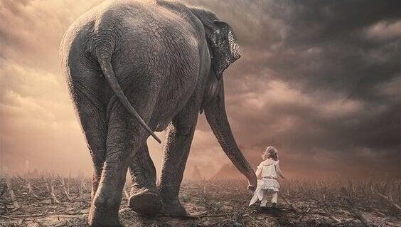 Niña con elefante