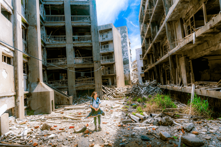 Niña en ciudad en ruinas