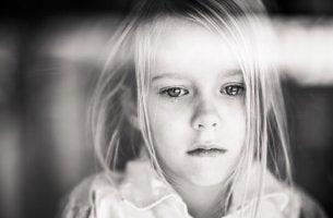 Niña triste para representar la afectación del dolor crónico infantil