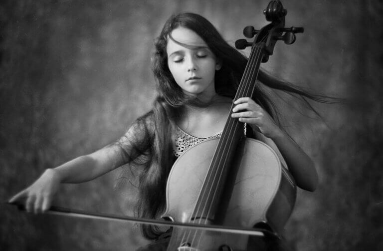 Niña tocando violonchelo