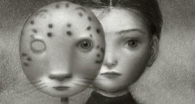 Niña tras máscara felina para representar el síndrome de Capgras
