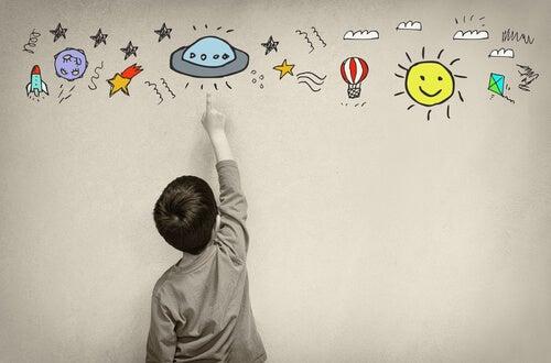 Niño pintando dibujos en la pared