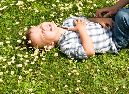 Niño riéndose por las cosquillas que le hacen