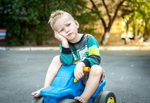 Niño con síndrome del niño rico aburrido