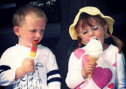 Niño teniendo envidia de una niña por su helado