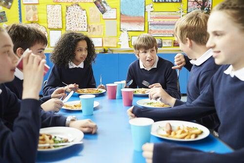 Niños comiendo en el comedor escolar