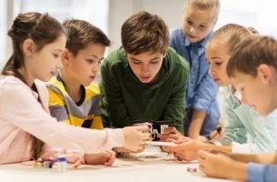 Niños en clase trabajando