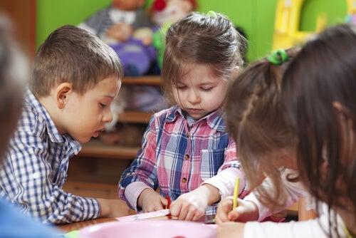 Niños haciendo tareas en el aula