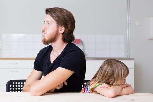 Padre enfadado con su hija