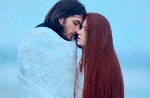 pareja abrazada que no quiere cometer errores en su relación