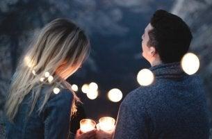 Pareja con luces por la noche
