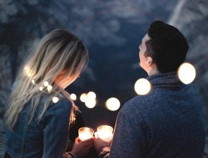 Chico y chica con velas en la tarea de buscar pareja