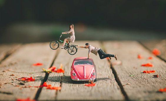 pareja diminuta sobre coche rosa