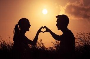 Pareja haciendo un corazón con sus manos