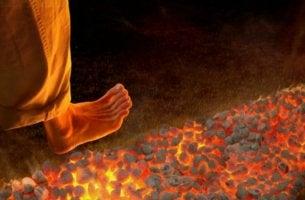 persona practicando el firewalking