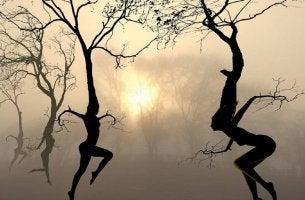 Personas danzando como árboles