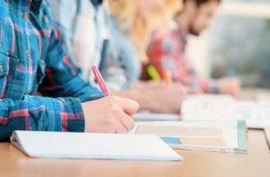 Alumnos haciendo sus exámenes