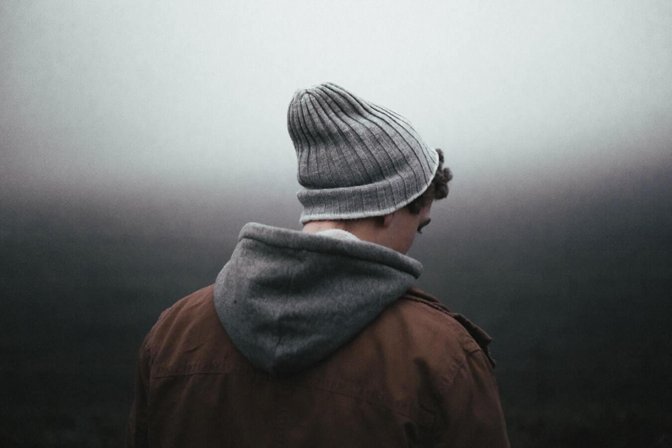 chico de espaldas con gorro que sufre depresión mayor resistente