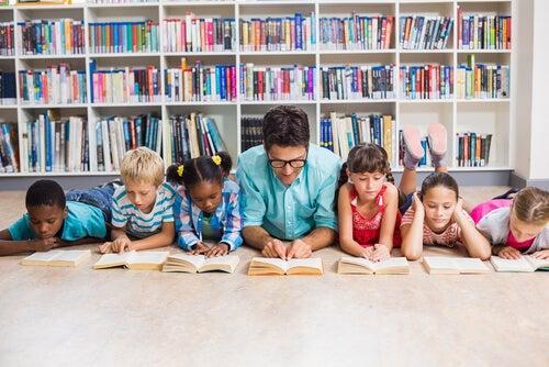 Profesor con sus alumnos leyendo