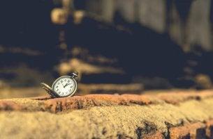 Reloj sobre piedra para representar las frases de Orhan Pamuk