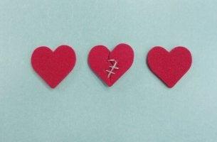 Tres corazones representando infidelidad