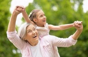Abuela disfrutando con su nieta en el campo para representar el papel de los abuelos en la familia